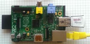 Шлюз, как и адаптер образует групповой комплект который обслуживает до 64 счетчиков. Шлюз опрашивает счетчики через адаптер по линии RS485 или USB в соответствии с собственной логикой. Частота опроса варьируется в зависимости от скорости изменения показаний счетчиков. Шлюз сжимает полученные со всех 64 счетчиков данные в один пакет и посылает его на сервер приложений системы. Связь с сервером приложений осуществляется через точку доступа Интернет по кабелю локальной сети (показан снизу) или через WiFi (сверху). Шлюз также может работать через GSM/CDMA сети